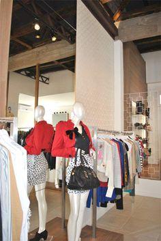 Projeto desenvolvido pelo escritório 501 arquitetura para a loja Villa Sante franquiado da Lança Perfume na cidade de Santa Maria -rs em 2011. Loja de roupas, projeto de comercial e interiores, papel de parede, tecido, espelho bronze, iluminação cênica