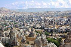 El paisaje de un cuento de hadas (Cappadocia, Turquía) El área histórica de Cappadocia no se queda atrás: formaciones rocosas propias de un cuento de hadas, ciudades que podrían ser la escenografía de una película de fantasía y casas talladas en la roca como si se tratara de un cuento. Cappadocia se encuentra en la región central de la península de Anatolia, en Turquía. Todo en un área de unos cincuenta kilómetros de diámetro los paisajes, con infinidad de valles, cañones, colinas...