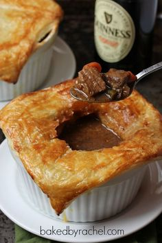 Beef and Guinness Pies with Puff Pastry Recipe - (Haven't read it yet but the piccie looks yummy) Guinness Kuchen, Beef And Guinness Pie, Guinness Pies, Guinness Recipes, Yummy Appetizers, Yummy Snacks, Yummy Food, Carne Asada, Gastronomia