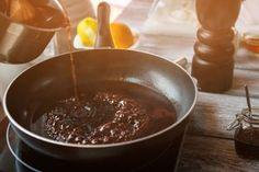 Täydellinen kastike pihville - valmista viidessä minuutissa Sauce Échalote, Pan Sauce Recipe, Wine Sauce, Sauce Recipes, Vegan Recipes, Whole Foods, Whole Food Recipes, Sauce Grand Veneur, Sauce Chasseur