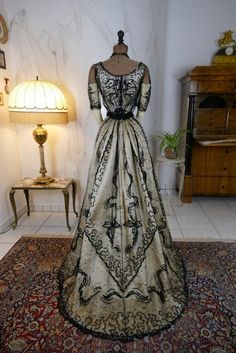 A chic two-piece ball robe from France, circa The gown is a high fashion work from the Belle Epoque period. The essential materials of the gown . Vintage Outfits, Vintage Gowns, Vintage Mode, Edwardian Dress, Edwardian Fashion, Vintage Fashion, Victorian Evening Gown, Victorian Dresses, 1920s Dress