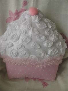 white rose frosted cupcake pillow     can't get anymore information on this cute pillow....anyone have a similar pattern>