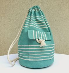 L'Atelier dans l'Arbre: Comment confectionner un petit sac marin Drawstring Backpack, Leather Backpack, Sac Vanessa Bruno, Diy Sac, Diy Bags Purses, Leather Apron, Gifts For Photographers, Hard Wear, Creative Gifts