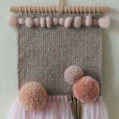 **Handgewebter Wandteppich POM POM BLUSH** Custom Weaving / Auftragsarbeit für Britta. **Material:** Schurwolle (Merino) Schurwolle...