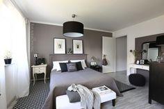 Und so sieht das Schlafzimmer nachher aus. Jetzt hat es eindeutig den Wow-Effekt. Das Bett hat ein hohes Kopfteil bekommen, die Wand dahinter ist braun gestrichen.