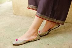 Traditional Indian shoes - ladies shoes of Punjab Click Visit link to read more. Get your punjabi jutti today. Punjabi Fashion, India Fashion, Estilo India, Indian Shoes, Bollywood, Espadrilles, Occasion Wear, Indian Wear, Chic Outfits