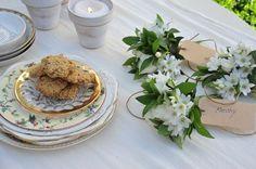 Vajilla de porcelana inglesa (Tienda Decosabores) y plato hecho a mano de cerámica con estampa de texto (Carolina Chillemi). Macetas (Tata Flowers).