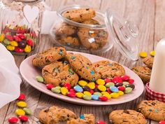 Rezept Smarties Cookies – Güezis gehen nicht nur zu Weihnachten. Auch über das Jahr sind sie heiss begehrt und fast niemand kann die Finger von einem Teller leckerer, noch leicht warmer Cookies lassen. Wie diese garantiert gelingen & welche Zutaten du für die Herstellung benötigst, erfährst du hier. #Güezi #Cookies #Plätzchen #Schokolade #Schoggi #Smarties #EssenmitKindern #KochenfürKinder #Kinderessen #Dessert Cookies, Teller, Breakfast, Desserts, Finger, Food, Kid Cooking, Recipes For Children, Schokolade