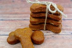 If you are training your dog to be obedient this Homemade Pumpkin Peanut Butter Dog Biscuit is the perfect reward for good behavior. Dog Biscuit Recipe Easy, Dog Cookie Recipes, Easy Dog Treat Recipes, Homemade Dog Cookies, Dog Biscuit Recipes, Homemade Biscuits, Homemade Dog Food, Healthy Dog Treats, Yummy Treats