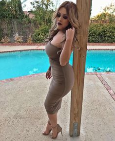 I swear I have a thing for this wood pole 😝😜 Lupe, Fall Makeup, Urban Decay, Ms, Autumn Fashion, Honey, High Heels, Bodycon Dress, Boutique