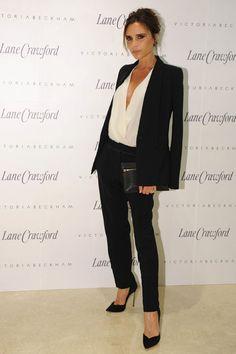 VICTORIA BECKHAM    Posh asistió a un evento en la tienda Lane Crawford de Pekín para promocionar su marca de ropa y accesorios. Se mantuvo fiel a sus diseños, con un traje sastre, blusa y clutch, todo de su firma Victoria Beckham. Sus estiletos de tacón de aguja son Casadei.