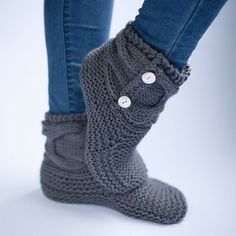 Simple Knit Slipper Booties Free Pattern - THE WOVEN - Knitting ideas - Quick little fun foot warmers, the ultimate in cozy winter accessories…. Who doesn't love a kni - Knitted Booties, Knit Boots, Knitted Slippers, Knitting Patterns Free, Free Knitting, Baby Knitting, Simple Knitting, Stitch Patterns, Knit Slippers Free Pattern