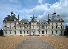 Château de Cheverny is een kasteel ten zuiden van het dorpje Cour-Cheverny niet ver van Blois aan de rand van het Forêt de Cheverny. Het ligt in de Loire-streek bij de rivier de LoireHet kasteel is gebouwd in de 17e eeuw van 1620 tot 1630 voor Henri Hurault, luitenant-generaal in de regering van Orléans.