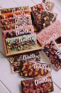 Homemade Chocolate Bars, Chocolate Candy Recipes, Chocolate Diy, Artisan Chocolate, Cute Desserts, Dessert Recipes, Dessert Packaging, Bark Recipe, Handmade Chocolates