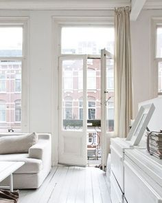 All white interior design Home Living Room, Living Spaces, City Living, Interior Architecture, Interior And Exterior, White Rooms, Home And Deco, White Houses, Style At Home
