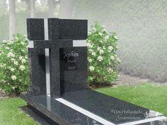 Grafsteen van zwart natuursteen met kruis foto 1