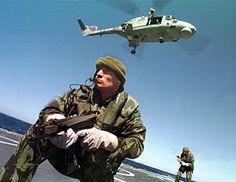 Marinha Portuguesa – Fuzileiros, numa operação de abordagem em alto mar, apoiados por um helicóptero da Marinha-Wikipédia, a enciclopédia livre