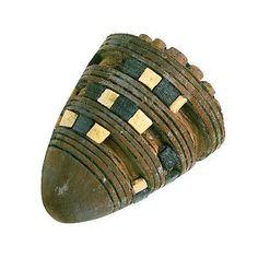 Los niños y niñas egipcios solían jugar con un juguete muy sencillo conocido en la actualidad como peonza. Se trata de un trompo de cuarzo vidriado, que hacían girar con un rápido movimiento de dedos o estirando con rapidez una cuerda atada a su alrededor. Esta fue hallada en la tumba de Tutankhamon. Está hecha de ébano y decorada con marfil. http://www.temporamagazine.com/juegos-y-juguetes-en-la-historia-antigua/
