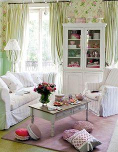 un salon de style shabby chic avec un mobilier blanc et des coussins