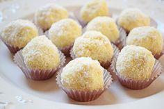 A Raffaello kedvelői odalesznek ezért a receptért! :) Hozzávalók: 15 dkg porcukor 25 dkg vaj 20 dkg tejpor 15 dkg kókuszreszelék 12 dkg vaníliás ostya 10 dkg mandula 5 evőkanáé kókuszreszelék (beleforgatjuk) Elkészítése: A porcukrot, a...