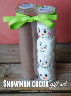 Need a cute and easy gift idea that you can make with your kids? Try this DIY Snowman Cocoa Gift Set! It's perfect for a neighbor or teacher! Diy Holiday Gifts, Holiday Crafts, Holiday Fun, Holiday Snacks, Winter Christmas, Christmas Holidays, Christmas Ideas, Christmas Favors, Preschool Christmas