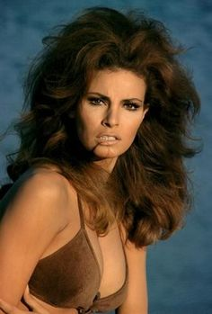 sex symbol, Raquel Welch famous for for her iconic role in One Million years B. Raquel also worked with British comedy icons, Peter Cook and Dudley Moore. We celebrate the sexbomb screen idol in pictures. Hollywood Glamour, Classic Hollywood, Old Hollywood, Raquel Welch, Divas, Jane Birkin, Big Hair, Classic Beauty, Beautiful Actresses