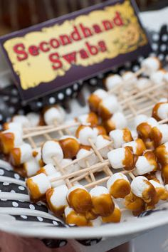 """Secondhand Swabs"" - Caramel dipped mini marshmallows with toothpicks.+ MORE Halloween party food ideas! Halloween Snacks, Scary Halloween Food, Fröhliches Halloween, Halloween Goodies, Halloween Birthday, Creepy Food, Halloween Baking, Halloween Parties, Halloween Decorations"