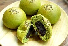 Pan hecho en base a té verde y relleno de una pasta de alubias rojas.