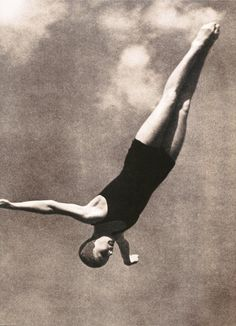 Divers competing at the 1936 Summer Olympics. Gymnastics Quotes, Olympic Gymnastics, Olympic Games, Vintage Photographs, Vintage Photos, Swimmer Girl Problems, Leni Riefenstahl, Black And White People, Vintage Swim