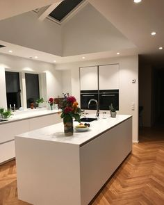 God Weekend, Kitchen Island, Kitchen Design, Table, Furniture, Home Decor, Home Kitchens, Island Kitchen, Decoration Home