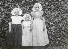 Drie meisjes in Arnemuider streekdracht