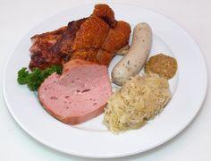 Bayrische variationen-Teller: Haxe, Leberkäse, Weißwurst und natürlich Sauerkraut