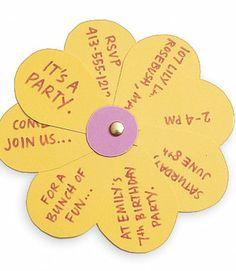 Invitación en forma de flor desplegable.