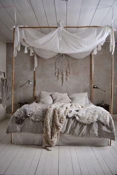 Ciel de lit et ambiance cocooning dans chambre taupe