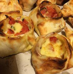 Empanadas de queso, tomate y albahaca