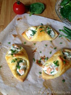 Flaky pastries with smoked salmon. ingredients: for 3 puff pastry – 3 squares of puff pastry x – of ricotta pot – 2 slices of smoked salmon – 1 small bunch of chives – pepper – garlic in semolina – 1 egg yolk Side Recipes, Meat Recipes, Healthy Dinner Recipes, Cooking Recipes, Salmon Recipes, Tapas, Flaky Pastry, Quiche Recipes, Appetisers