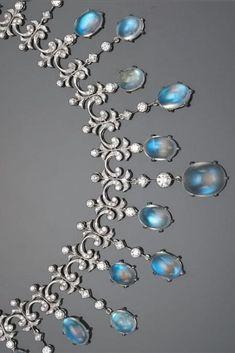 A pedra da lua e colar de diamantes do design franja;  Estima peso moonstone no total: 49.50 quilates;  Estima o peso do diamante no total: 4,95 quilates;  montada em ouro branco de dezoito quilates;  comprimento: 16 1/4 polegadas.  por ilene