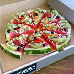 Idea: Watermelon Pizza (a pizza fruit salad) fruit pizza Pizza Fruit, Watermelon Pizza, Dessert Pizza, Fruit Pie, Pizza Food, Fun Fruit, Watermelon Dessert, Watermelon Slices, Diet Pizza