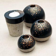 Teelichthalter und Kerzenständer aus Beton, in Schwarz mit goldenen Pünktchen