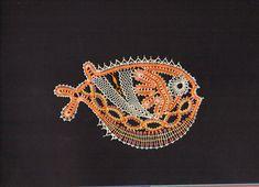 mein Zoo miniklein ist, hat er doch ein Aquarium. Und das hier ist der erste Beschwimmer: Sieht ein bischen aus wie ein Piranha, oder?... Bobbin Lace Patterns, Fish Crafts, Lacemaking, Lace Heart, Lace Jewelry, Sewing Art, Sea Creatures, Lace Detail, Arts And Crafts