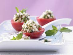 Gefüllte Tomaten - mit Zucchini - smarter - Kalorien: 65 Kcal - Zeit: 15 Min. | eatsmarter.de Hübsch und lecker: gefüllte Tomaten mit Zucchini.