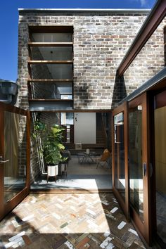 Image 6 of 18 from gallery of Walter Street Terrace / David Boyle Architect. Photograph by Brigid Arnott Architecture Résidentielle, Australian Architecture, Fashion Architecture, Brick Extension, Glass Extension, Terrasse Design, Recycled Brick, Recycled House, Recycled Materials