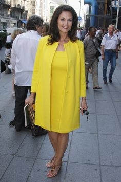 This is how to look amazing over sixty or at any age for that matter. Absolutely stunning and flattering! Notice how Linda Carter has picked a colour and style that accentuates her personal complexion and body shape. Linda Carter, Women's Dresses, Stylish Dresses, Trendy Outfits, Casual Dresses, Long Dresses, Summer Dresses, Over 50 Womens Fashion, Fashion Over 50