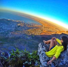 Cape Town é a segunda cidade mais populosa da África do Sul ficando atrás apenas de Joanesburgo. É famosa pelo seu porto natural incluindo marcos bem conhecidos como a Table Mountain. A @steffenlaura foi até la no alto pra tirar essa belíssima foto  Saiba mais sobre a África do Sul e outros destinos pelo mundo no site http://ift.tt/1EbJ8ay #blogmochilando #africadosul #cidadedocabo #trilha #lionshead #dicasdeviagem