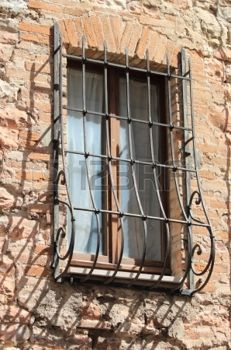 Imagen de http://us.123rf.com/450wm/alessandro0770/alessandro07701211/alessandro0770121100199/16549226-medieval-ventana-con-reja-en-voladizo.jpg?ver=6.