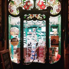 Ya sé que me dirás que no te gusta entrar en las farmacias, pero no me negarás que cruzar esta puerta... .  #catalunyaexperience#descobreixcatalunya#nuestrabcn #barcelonagram#enjoybcn#movilgrafias#loves_barcelona#barcelona #bcn #meencantamimovil #tienesqueverlo#cercadecasa #tardedepaseo #fotosconelmovil #lg_g2 #street #bcnmoltmes #urbanphoto #art  #farmacia #puerta #modernismo .  Y unos buenos días de esos de los de... sí sí, de esos de los que al probarlos te dejan muy buen sabor…