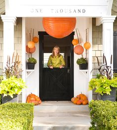 Fall Front Entry with Paper Lanterns-I have orange lanterns, I'll have to see if I can make this work! Halloween 2018, Fete Halloween, Halloween Door Decorations, Easy Halloween, Better Homes And Gardens, Entrada Frontal, Orange Lanterns, Pomes, Front Door Colors