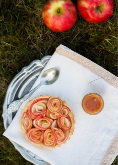 Tarte aux pommes / tartelettes façon bouquets de roses, au caramel au beurre salé. #ApplePie #Pie #Bakery #Cake #Cooking #Cook #Pastry #French #Food #Foodporn #cupcakes #tartes #Apple #Fruits #Caramel #Recipe #Recette #Sugar