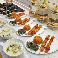 Romantic Breakfast, Breakfast Table Setting, Creative Food Art, Food Platters, Arabic Food, Balloon Decorations, Food Presentation, Kitchen Hacks, Food And Drink