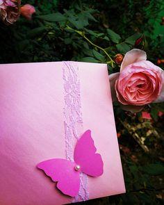 Πολυ κομψο προσκλητηριο βαπτισης για κοριτσι σε φακελο με αναγλυφο χαρτι που κλεινει με δαντελα και laser cut πεταλουδα με περλα. Τηλεφωνικες παραγγελιες 📲+306673390687 Baby Shower Invitations, Shower Invitation